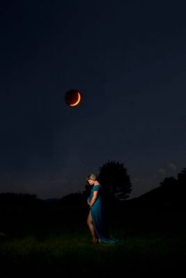 Photographer Uses Eclipse To Snap The Coolest Maternity Shot Ever