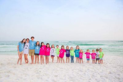 This Color-Coded Photo With All 17 Grandkids Is Everything