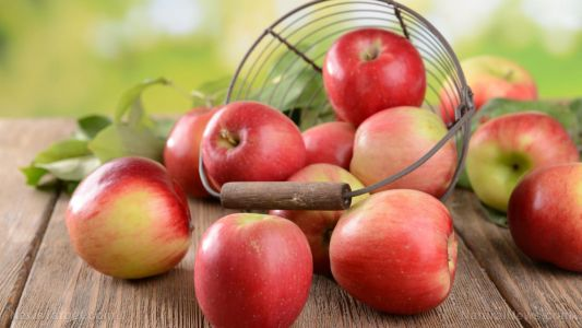Eating apples and other flavonoid-rich foods lowers cancer and heart disease risk, researchers find