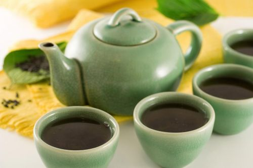 How can drinking black tea benefit people with diabetes?